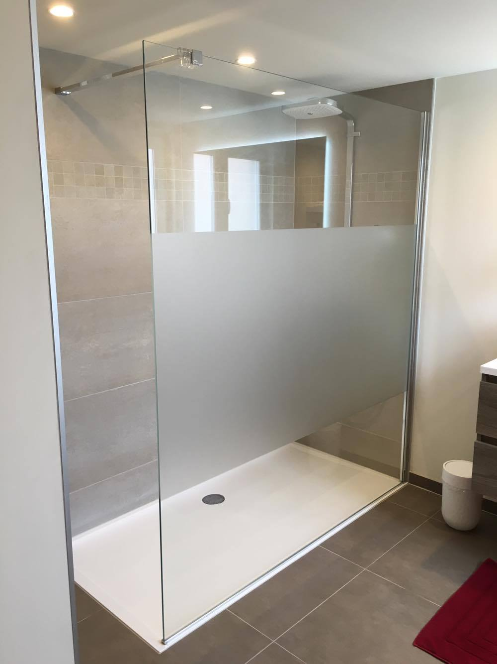 Moderne badkamer met inloopdouche cossyns alle maatwerk renovaties - Moderne badkamer tegelvloeren ...